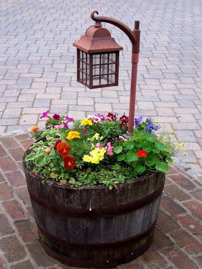 Barriles de madera que son jardineras