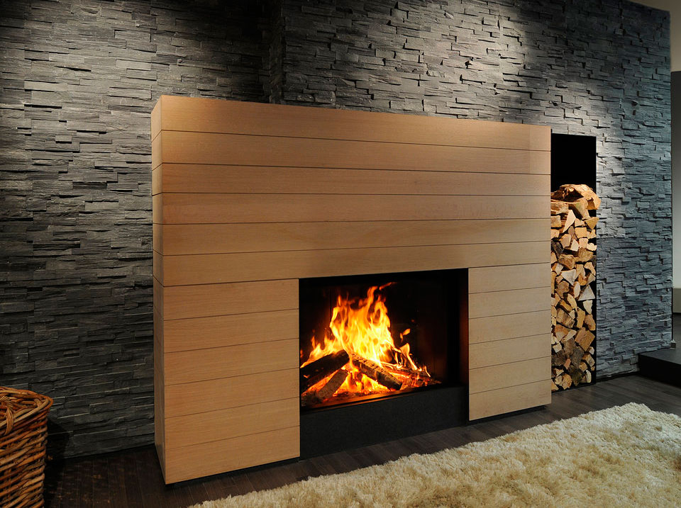 Sal n con chimenea decoraci n con madera - Madera para chimenea ...