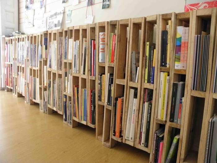 Recicla un palet muro estanter a decoraci n con madera - Muebles con madera de palets ...