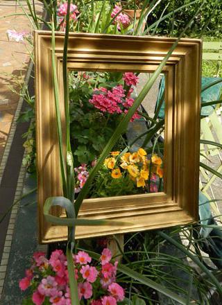 Colgar cuadros en el jard n decoraci n con madera Cuadros para el jardin